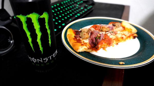 モンスターエナジーとピザ