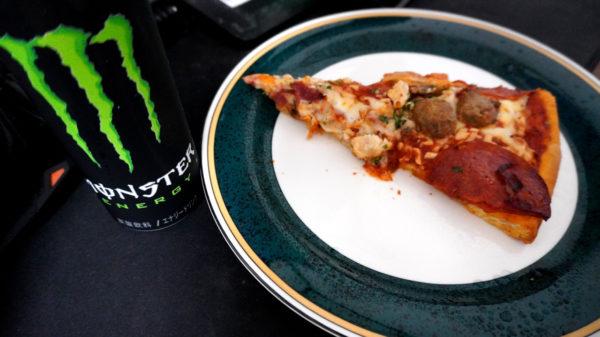 ピザとエナジードリンク
