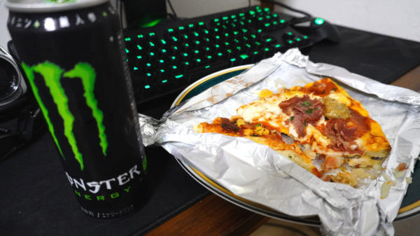 ピザとモンスターエナジー