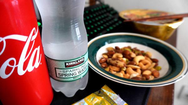 コーラと炭酸水とナッツとラーメン